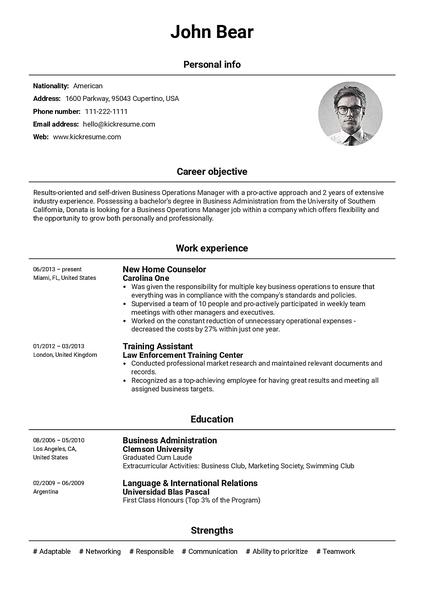 Plantilla de currículum Basic realizada por el creador de currículums de Kickresume